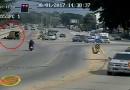 คลิปรถสองแถวฝ่าไฟแดงชน จยย.ล้มกลางแยกลำปาง